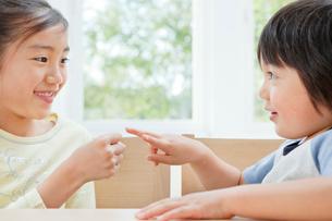 じゃんけんをする女の子と男の子の姉弟の写真素材 [FYI01480560]