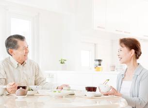 食事を楽しむ60代の夫婦の写真素材 [FYI01480561]