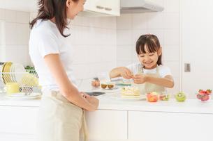 キッチンで料理をする母子の写真素材 [FYI01480562]