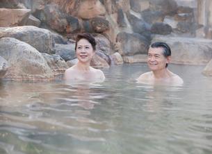 露天風呂に入る60代の夫婦の写真素材 [FYI01480569]