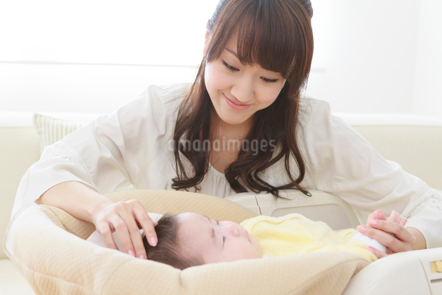 赤ちゃんを見守る母親の写真素材 [FYI01480570]