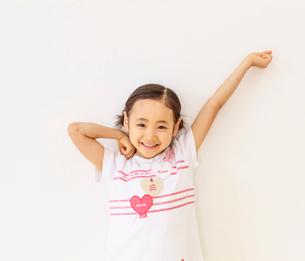 元気のよい6歳の女の子のポートレートの写真素材 [FYI01480571]