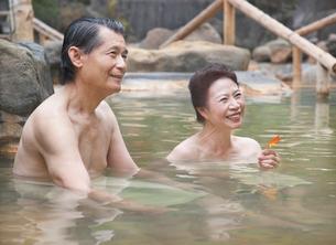 露天風呂に入る60代の夫婦 秋のイメージの写真素材 [FYI01480592]