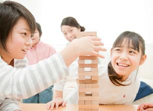 ブロックで遊ぶ小学生の男の子と女の子の写真素材 [FYI01480594]