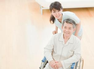 車椅子に座るシニア男性と女性介護士の写真素材 [FYI01480598]