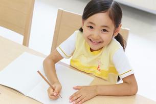 勉強する6歳の女の子の写真素材 [FYI01480602]