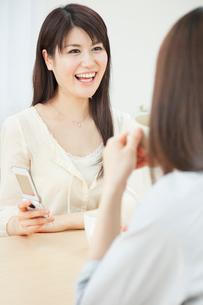 会話を楽しむ2人の20代女性の写真素材 [FYI01480604]