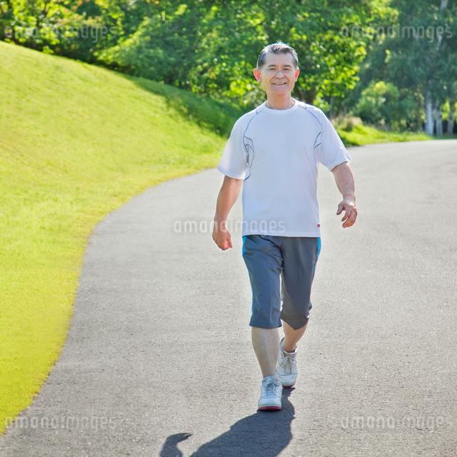 ウォーキングするトレーニングウェアの60代シニア男性の写真素材 [FYI01480605]