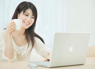 ノートパソコンを操作する20代女性の写真素材 [FYI01480606]