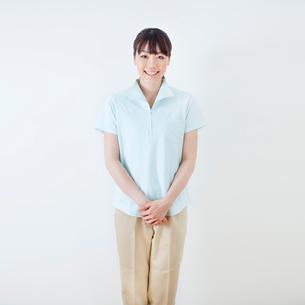 20代の女性介護士のポートレート/白バックの写真素材 [FYI01480607]