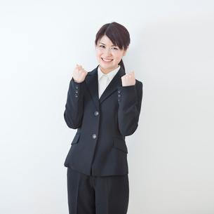 リクルートスーツを着た20代女性ポートレートの写真素材 [FYI01480610]