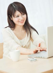 ノートパソコンを操作する20代女性の写真素材 [FYI01480635]