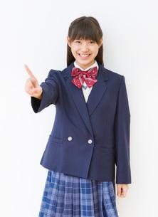 制服(ブレザー)を着る女子中学生のポートレートの写真素材 [FYI01480638]