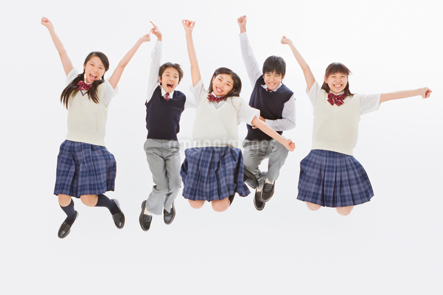 ジャンプする5人の制服を着る中学生男女の写真素材 [FYI01480641]