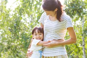 新緑の中、仲の良い母子の写真素材 [FYI01480646]