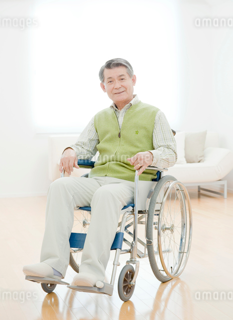 リビングで車椅子に座るシニア男性の写真素材 [FYI01480650]