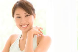 微笑む若い女性の写真素材 [FYI01480652]