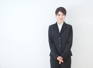 リクルートスーツを着た20代女性ポートレート/白バックの写真素材 [FYI01480656]