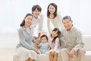 ソファーで団らんする三世代家族の写真素材 [FYI01480657]