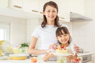 キッチンで料理をする母子の写真素材 [FYI01480658]