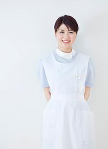 20代の女性看護士のポートレート/白バックの写真素材 [FYI01480674]