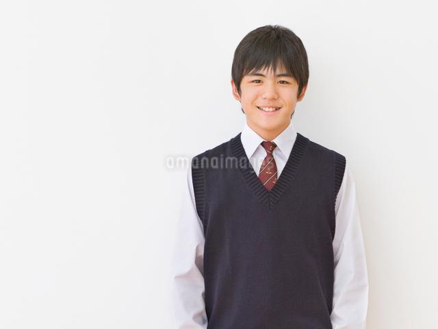 制服を着る男子中学生のポートレートの写真素材 [FYI01480683]