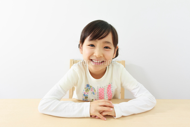 6歳の女の子のポートレートの写真素材 [FYI01480688]