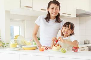 キッチンで料理をする母子の写真素材 [FYI01480699]
