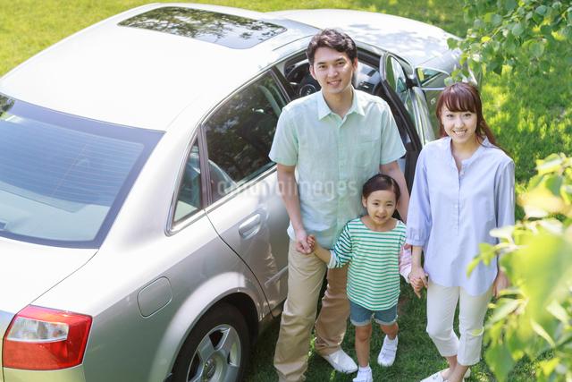 新緑の中、ドライブを楽しむ家族の写真素材 [FYI01480710]