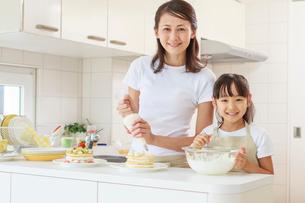 キッチンで料理をする母子の写真素材 [FYI01480718]