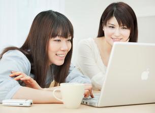 ノートパソコンを操作する2人の20代女性の写真素材 [FYI01480728]