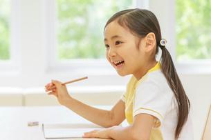 勉強する6歳の女の子の写真素材 [FYI01480733]