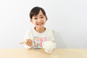 ご飯を食べる6歳の女の子の写真素材 [FYI01480736]