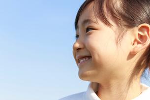 青空のもとの6歳の女の子 ポートレートの写真素材 [FYI01480756]