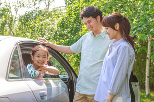 新緑の中、ドライブを楽しむ家族の写真素材 [FYI01480758]