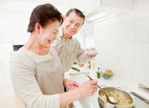 IHキッチンで料理をするシニア夫婦の写真素材 [FYI01480759]