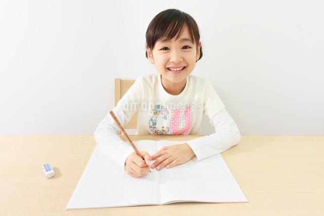 勉強する6歳の女の子の写真素材 [FYI01480764]