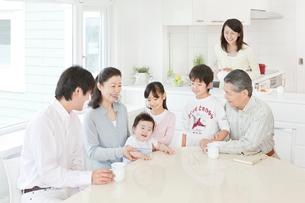 リビングで談笑する三世代家族の写真素材 [FYI01480780]