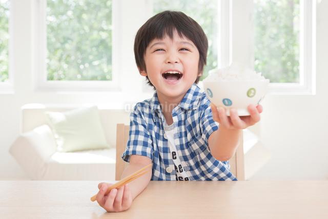 茶碗いっぱいのご飯を食べる男の子の写真素材 [FYI01480791]
