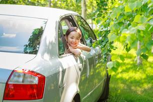 車から顔を出す6歳の女の子の写真素材 [FYI01480800]