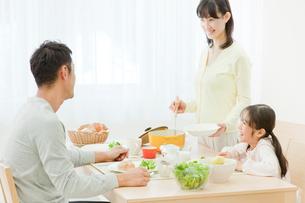 ダイニングテーブルで食事をする家族の写真素材 [FYI01480805]