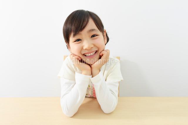 ほおづえをつく6歳の女の子の写真素材 [FYI01480860]