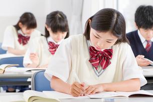 教室で勉強する中学生の授業風景の写真素材 [FYI01480862]