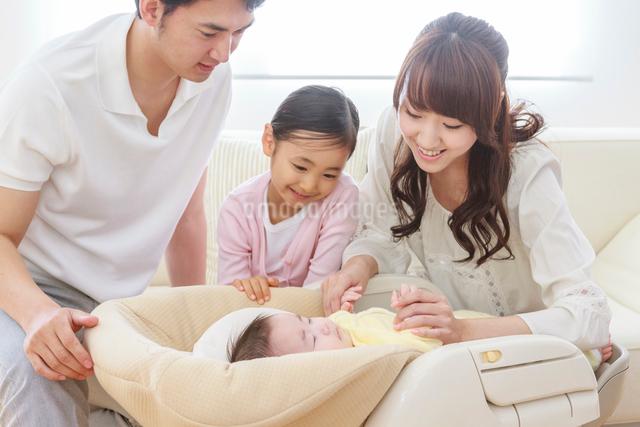 ソファーで赤ちゃんを見守る家族の写真素材 [FYI01480866]
