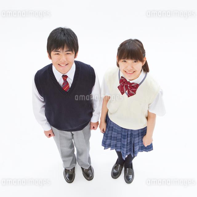 制服を着る中学生男女の俯瞰のポートレートの写真素材 [FYI01480867]
