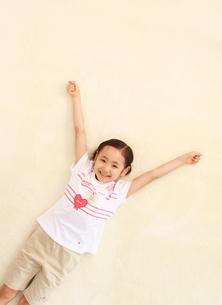寝転がる6歳の女の子の写真素材 [FYI01480873]