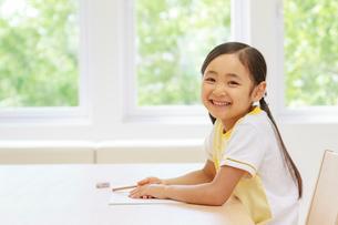 勉強する6歳の女の子の写真素材 [FYI01480897]