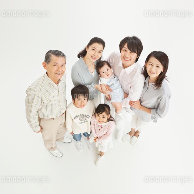 三世代家族の俯瞰のポートレートの写真素材 [FYI01480910]