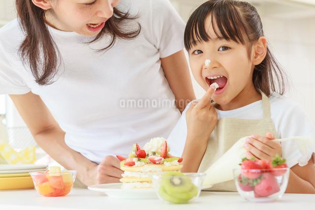 キッチンで料理をする母子の写真素材 [FYI01480912]