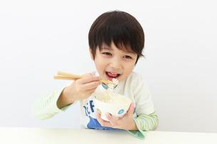 ご飯を食べる6歳の男の子の写真素材 [FYI01480918]